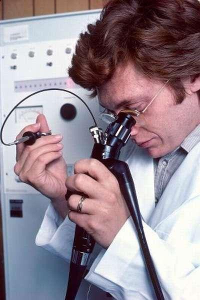 Доктор исследует печень