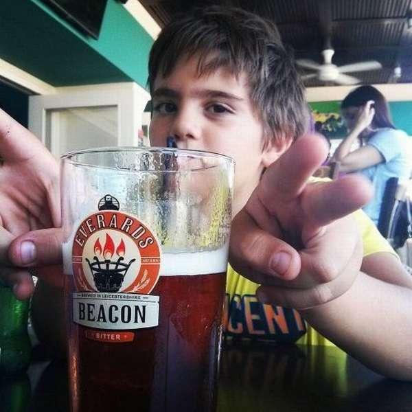 Мальчик и стакан пива