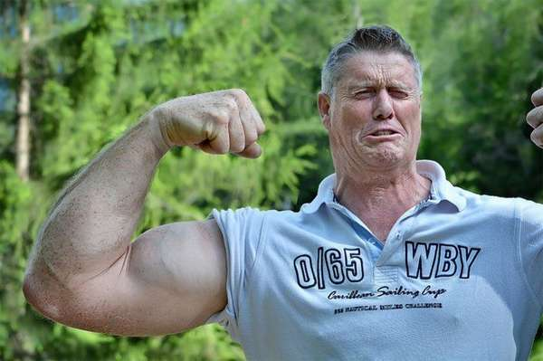 Мужчина с мышцами