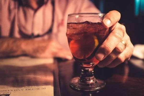 Мужчина и стакан спиртного