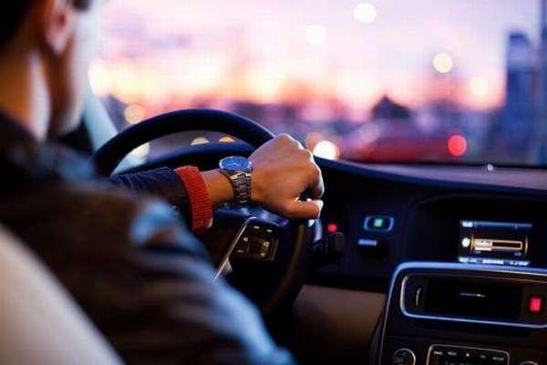 Водитель в машине