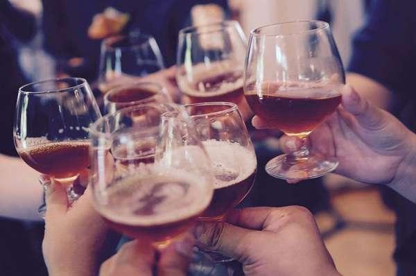 Люди, пьющие алкоголь
