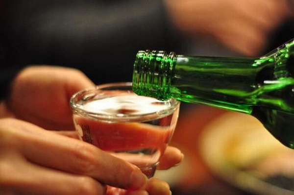 Пить спиртной напиток