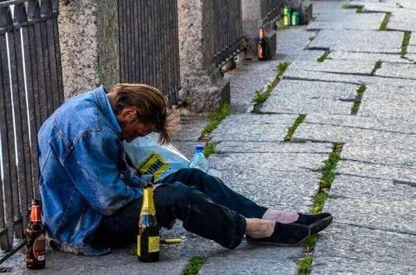 Пьяный мужчина на улице