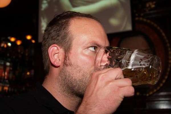 Мужчина пьёт пиво