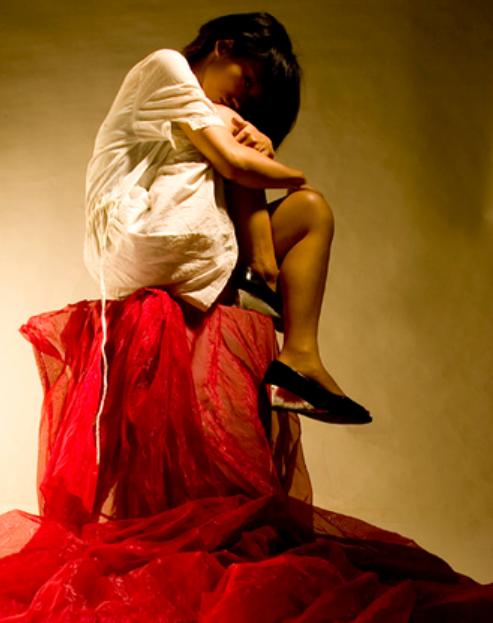 Девушка и красная ткань