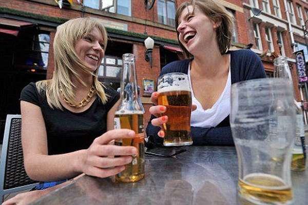 Женщины пьют