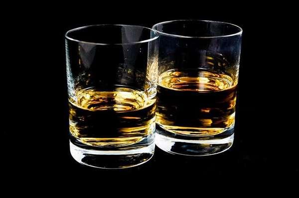 Два стакана с алкоголем